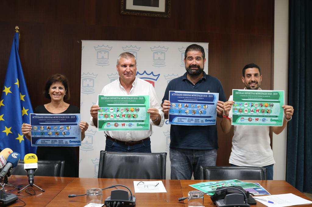 Juan M. Polo, Manuel Barroso y María Isabel Pérez presentan las escuelas y actividades deportivas en el salón de plenos