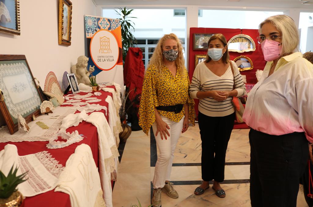 Cartaya muestra las obras de arte realizadas por las encajeras de bolillos de la localidad