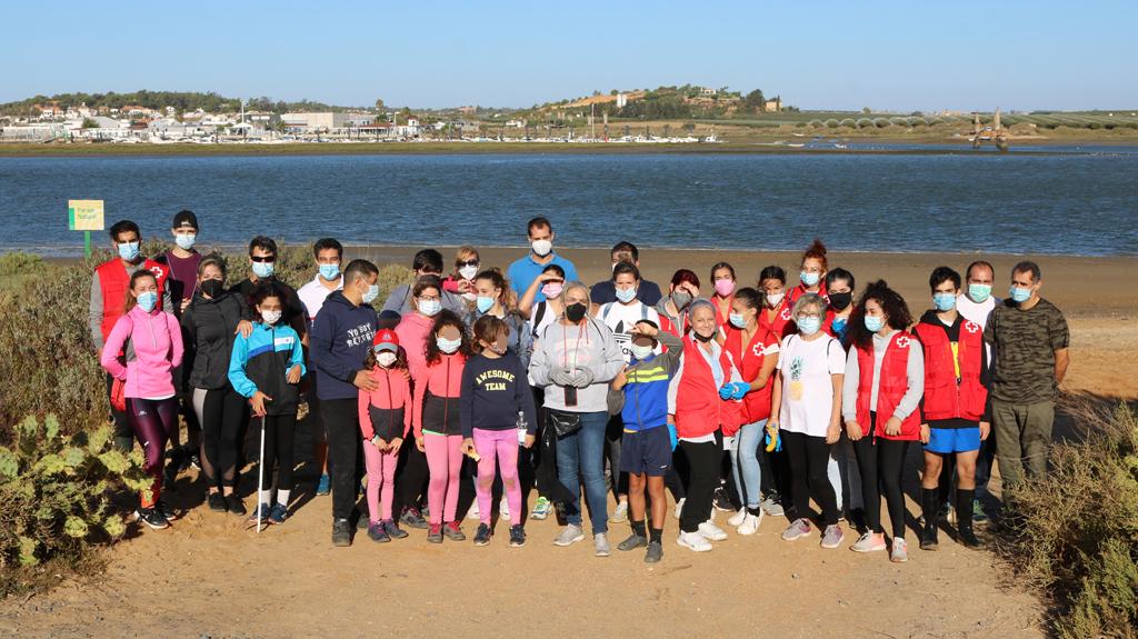 El Ayuntamiento conmemora el Día Mundial de las Playas con una batida de limpieza en El Lancón