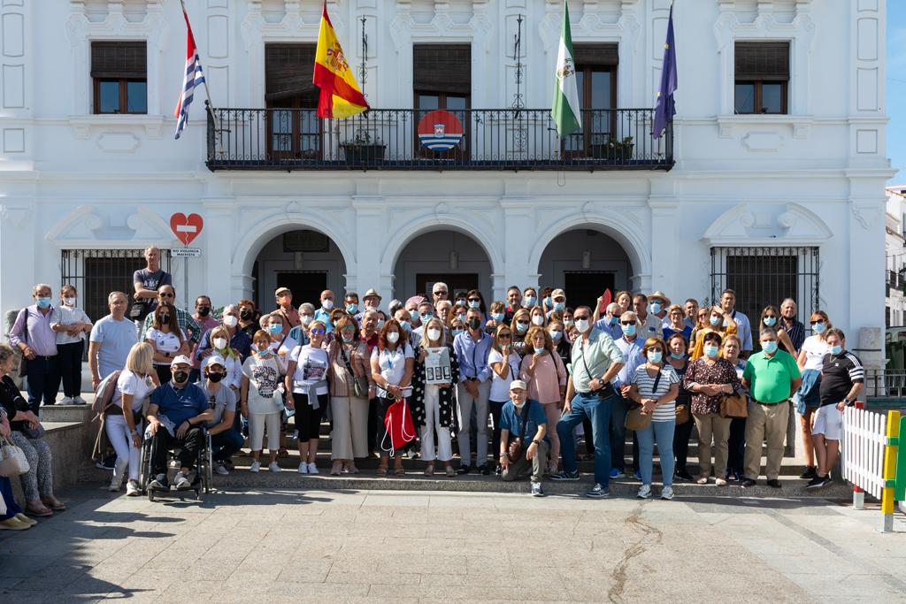 La alcaldesa recibe a un centenar de turistas de Trebujena que visitan Cartaya en el puente
