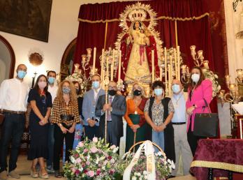 La Corporación Municipal, con la alcaldesa al frente, realiza la tradicional ofrenda floral a la Patrona de Cartaya, la Virgen del Rosario.